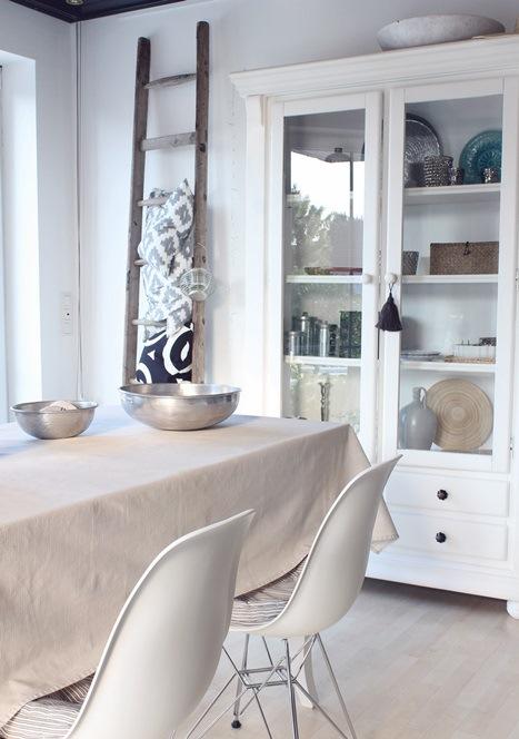 helle Küche mit Vitrine und Leiter