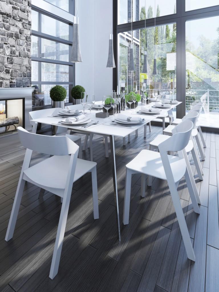 Esszimmer mit großer Fensterfront und großzügigem Esstisch mit weißen Holzstühlen