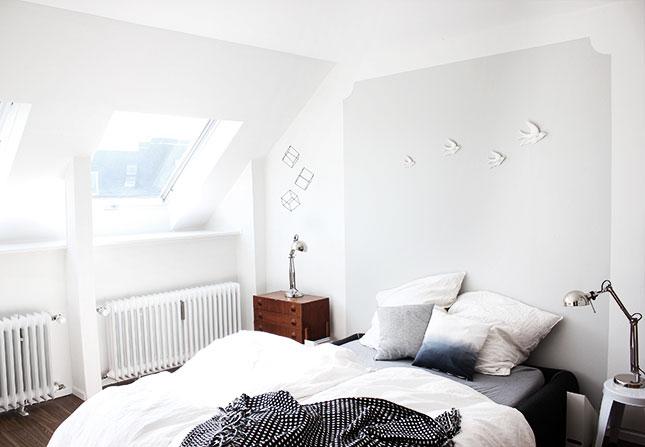 Helle Farben lassen ein kleines Schlafzimmer großzügig und freundlich wirken.